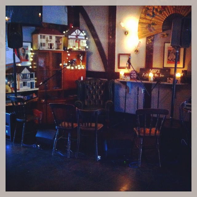 #2headedlion @oldredkenn empty stage begging to be filled by @refolkunion @TheGetGone @TheHenryBrothers @anabonbon @alistairmackenzie #realale #craftbeer #pubgrub #kenningtonpark #livemusic #london